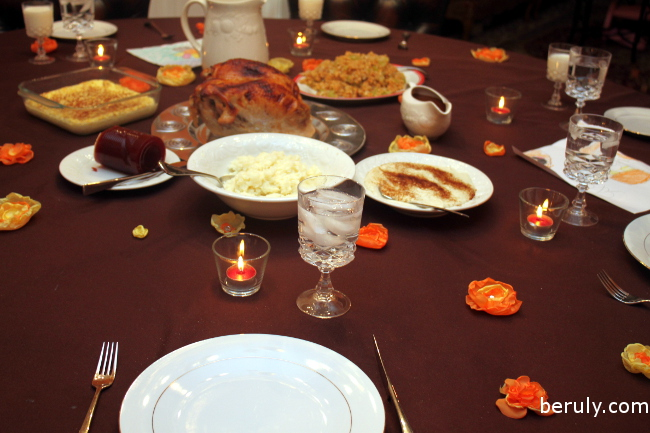 A simple but elegant touch sprinkling the flowers all over the Thanksgiving table!